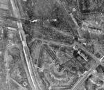 Zdjęcie dalekiego zwiadu lotniczego Luftwaffe z 1 marca 1945 r. W czerwonym kółku zaznaczony zwalony eksplozją wiadukt na ul. Mickiewicza. W kole żółtym przejazd pod torami w osi ulicy Krajewskiego, który zachował się nienaruszony