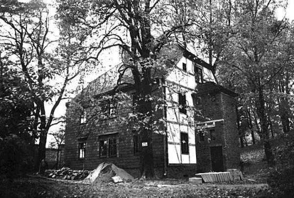 *Dom Magdeburski w Łazienkach. Przeniesiony do Polski w okresie międzywojennym, został rozebrany przez komunistów po 1945 roku