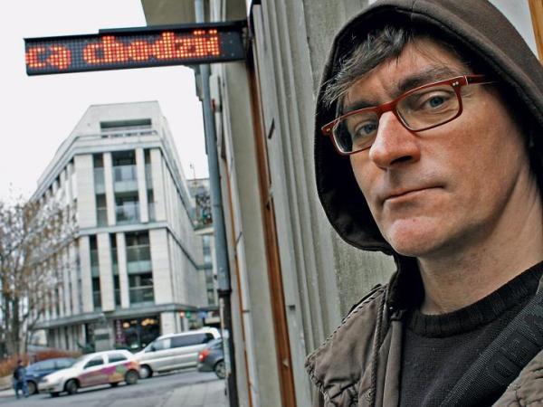*Maciej Steppa liczy, że czerwone, ruchome napisy na reklamie przykują spojrzenia przechodniów