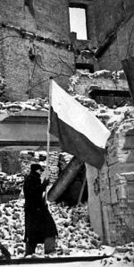 *I znów propaganda – to zdjęcie było publikowane po wojnie jako świadectwo radości mieszkańców z wyzwolenia stolicy.  To kolejna inscenizacja, bo – jak wspominali pierwsi powracający – wśród wypalonych ruin nie ocalały żadne sztandary.