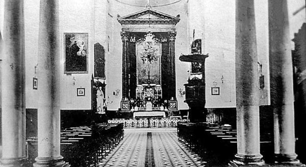 Wnętrze kościoła NMP  Łaskawej  w międzywojniu. Nie ma już śladu po  20 wystawnych marmurowych  i lipowych ołtarzach