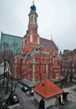 To nie pomyłka – tak wygląda kościół Jezuitów  od strony,  od której prawie nikt  w Warszawie go nie ogląda. A warto zajrzeć na podwórze przy Jezuickiej  i spojrzeć  ku górze.