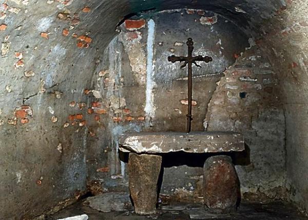 Po wojennych zniszczeniach w podziemiach przetrwało niewiele. Zachowały się tylko dwie krypty