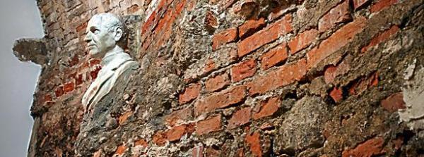 Podziemia  – ocalałe  z powstania resztki nagrobków wmurowane są w ściany