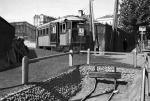 *Stacja Belwederska w drugiej połowie 1935 roku. A wiemy to stąd, że w tym czasie kolej już nie dochodziła na plac Unii Lubelskiej i  jako poczekalnię oraz kasę, ustawiono wycofany z ruchu wagon motorowy.
