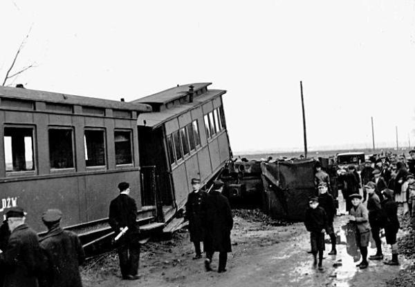 *Kwiecień 1928 roku. Lokomotywa leży w poprzek toru, a wagon na niej. Takie wypadki nie należały, niestety, do rzadkości