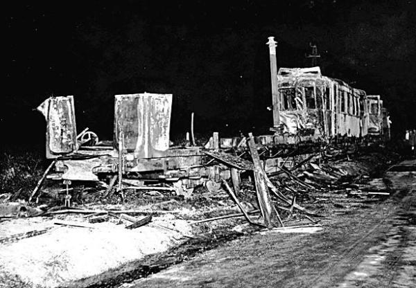 *Najtragiczniejsza katastrofa kolejki wilanowskiej. 17 lipca 1939 roku nocą zderzyły się czołowo dwa pociągi. Zginęło dziesięć osób; wagon motorowy spłonął doszczętnie