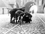 Rok 1933.  Podkładanie kalichlorku na szynie tramwajowej przy moście Poniatowskiego. Kto dziś pamięta, że jeszcze pod koniec lat 50. Solcem jeździły tramwaje?
