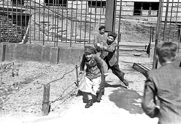 Po wojnie lanie wody było ulubioną zabawą niezamożnej młodzieży. A wiemy to choćby z tego zdjęcia, na którym dzieciaki ubrane są w mundury z demobilu.