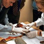 Pracownicy Muzeum Wojska Polskiego wyjmują sztandar