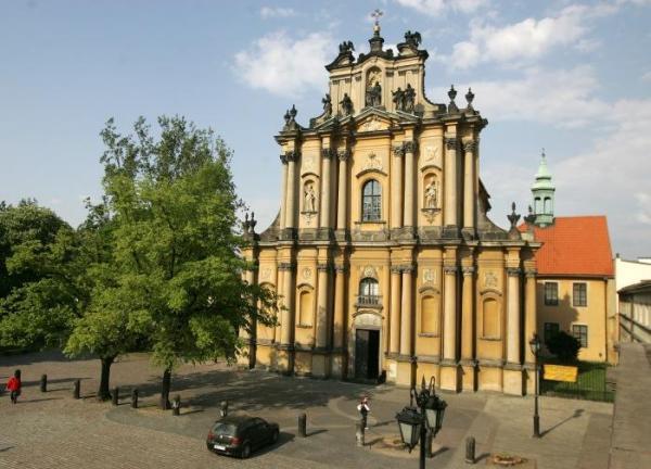Późnobarokowy kościół ss. Wizytek zbudowano w połowie XVIII w. według projektu Karola Baya. Fundatorami byli Lubomirscy i Czartoryscy