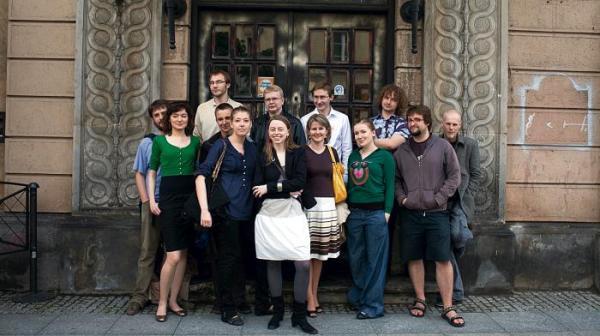 Dorota Głażewska (na pierwszym planie) wraz ze swoimi współpracowni-kami ze stowarzyszenia Krytyka Polityczna w przyszłym miejscu pracy