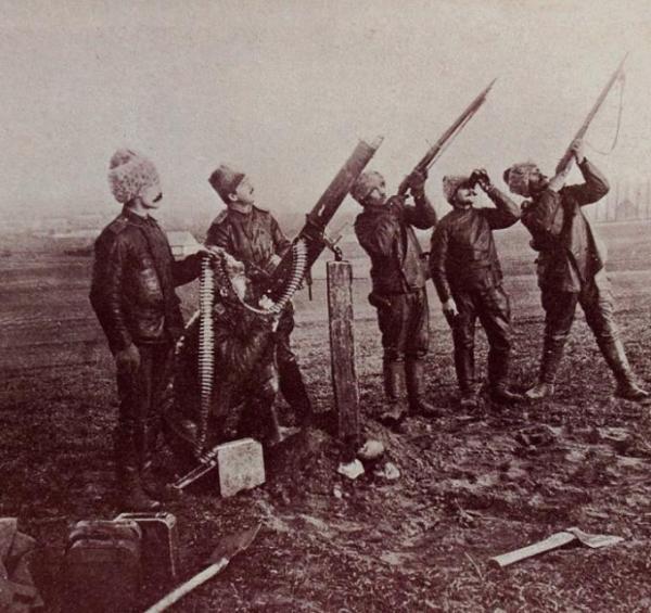 *Propagandowa fotografia przedstawiająca rosyjską obronę przeciwlotniczą na terenie Kongresówki, pod koniec 1914 roku. To zdjęcie trafiło nawet do niemieckich publikacji