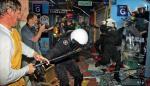 Przed  godz. 13 policjantom udaje się wejść do budynku.  Kupcy się jednak nie poddają:  w ruch idą pałki i wieszaki