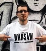 """""""Pjus"""" w koszulce z napisem """"Jestem dumny, że jestem z Warszawy. To Niezwyciężone miasto"""""""