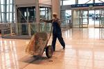 *Terminal 2 na Okęciu robotnicy kończyli  w niepełnej wersji, żeby zdążyć na wejście  Polski do Schengen w 2008 roku. Czy teraz  wróci tu wykonawca, z którym rozwiązano umowę?
