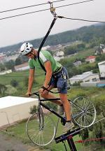 Wejść po ścianie na dziesiąte piętro po to, by pojeździć rowerem na linie? Czemu nie – w końcu najważniejsza jest adrenalina...