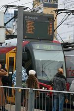 Elektroniczne tablice   ustawione w Al. Jerozolimskich mylą się lub podają niepraw- dziwe komunikaty  – narzekają podróżujący tramwajami