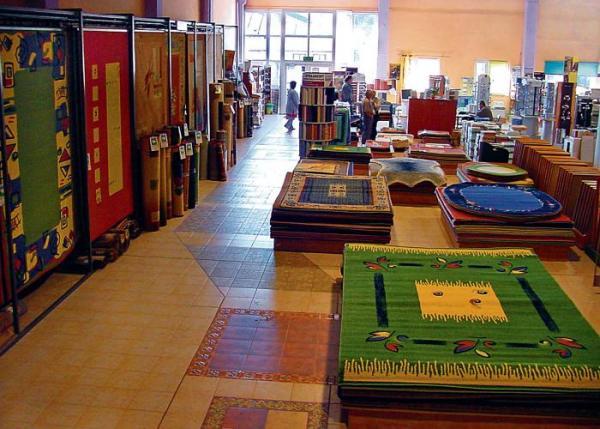 Kleje gotowe do użycia można kupić  w sklepach z wykładzinami i dywanami
