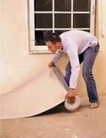 Izolację podłogową montuje się na płaskim podłożu folią aluminiową do góry
