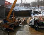 Most Północny. Na przodzie nasuwanego segmentu widać czerwony dziób montażowy.