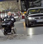 *Pokonanie  skrzyżowania Al. Jerozolimskich z al. Jana Pawła II to dla inwalidów  prawdziwy koszmar
