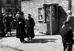 Na początku wojny warszawska ulica wyglądała jeszcze tak jak dawniej – tylko na rękawach pojawiły się opaski