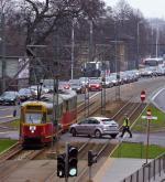 Poranny  korek na zwężonej  ul. Słomińskiego,  na zjeździe z mostu Gdańskiego. Kierowca  tego focusa jedzie pod prąd. Na porządku dziennym jest zawrotka przez tory i dwie linie ciągłe. Nikt nie panuje nad totalnym bałaganem