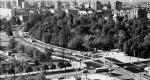 Lata 60. Marszałkowska przebita  przez Ogród  Saski. Prace  budowlane zaczęliśmy w 1935 roku,  potem kontynuowali je Niemcy, a my dokończyliśmy po wojnie. Fatalne miejsce widać przy końcu ulicy, gdzie po prawej stronie jest Błękitny pałac. Ciekawostką są tory tramwajowe skręcające z Marszałkowskiej w Królewską