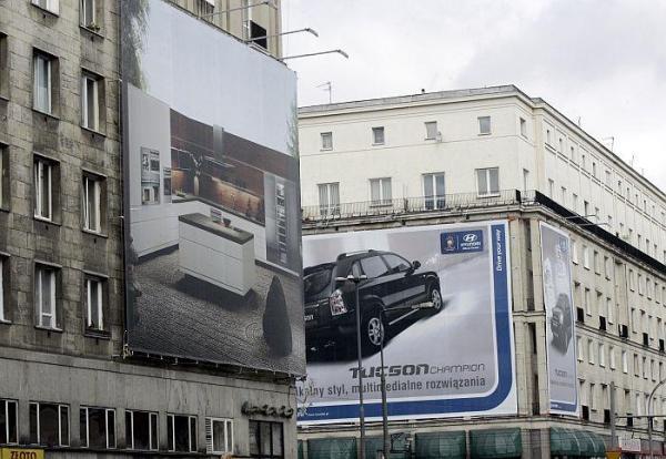 Wielkoformatowe reklamy utrudniają życie mieszkańcom domów, na których wiszą