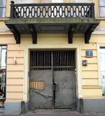 Tu padły pierwsze strzały – brama budynku nr 1 przy ulicy Zgoda. Dziwnym trafem dom ocalał z wojennych zniszczeń