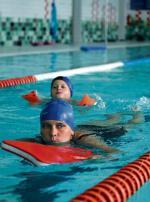 *Na pływalni Pingwin dzieci chętnie uczą się pływać