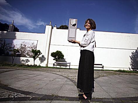 *Grażyna Bartnik  proponuje płaski obelisk z czarnego granitu z wypisanymi 96 nazwiskami