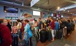 Lotnisko Reymonta  w Łodzi. Ten podobny do dawnej Etiudy niewielki terminal nie pomieści tłumu pasażerów. Kolejki na zewnątrz murowane