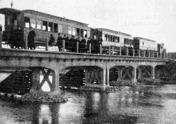 Rok 1914  – pierwszy przejazd pociągu przez rzekę Świder; właściciele kolejki podziwiają most. Rok 2010 – z trudem odnaleźliśmy tę ruinę. Dziś nawet motocyklem nie wolno po niej jeździć   jakub ostałowski