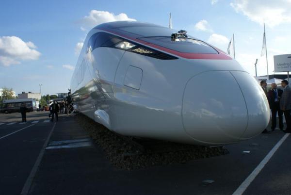 Zaprezentowany w Berlinie Zefiro 380 ma mknąć po Chinach z prędkością 380 km/godz. Kanadyjski Bombardier może zaproponować Polsce uboższą wersję, czyli Zefiro 250
