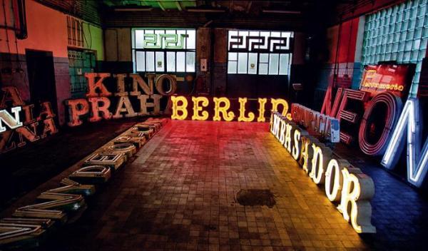 """Magazyn  z neonami doskonale znanymi ze stołecznych ulic: Kinem Praha czy """"Berlinem""""  z MDM-u"""
