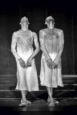 """Emio Greco/PC przyjeżdża do Polski pierwszy raz w historii. Jego najważniejszy spektakl """"Extra Dry"""" wyróżnia nadzwyczajna ekspresja tancerzy i wyjątkowe oświetlenie (fot. Jean Pierre Stoop)"""