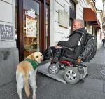 Dzięki rampom osoby na wózkach bez kłopotu wjadą do sklepu