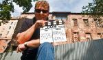 Marcin Łomnicki przed filmową kamienicą numer 3 przy ul. Marszałkowskiej 45, z ostatnim klapsem serialu
