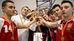 *Zespół Gimnazjum nr 17  z Ochoty wywalczył puchar dopiero w ostatnich sekundach meczu finałowego.  Na zdjęciu zwycięzcy  z trenerem  Tomaszem Foderem