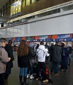 W kolejkach stali i ci, którzy chcieli kupić bilet, i ci, którzy szukali informacji