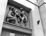 Nieistniejąca dziś rzeźba Moszkowskiego nad wejściem...