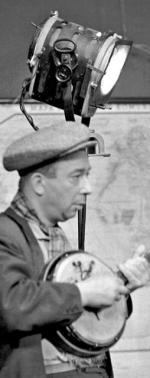 """*Najsłynniejszy bard – pochodzący z Czernia- kowa – Stanisław Grzesiuk (ma tam swoją ulicę, przy pl. Bernardyńskim). Śpiewał, pisał książki i tak jak """"Wiech"""" utrwalał klimat dawnej Warszawy. Złośliwi zarzucali obu zaśmiecanie literackiego języka"""