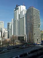 Planowanie po warszawsku. W latach 90. na Prostej powstał brzydki blok Łucka City. Jak go zasłonić? Trwa doklajenie  do niego biurowca Prosta Tower