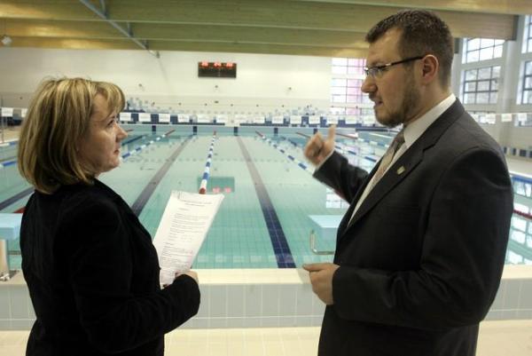 Dyrektor Centrum Rekreacyjno Sportowego Bielany Anna Szymczak-Gałkowska i burmistrz dzielnicy Rafał Miastowski uzgadniają ostatnie szczegóły na pływalni