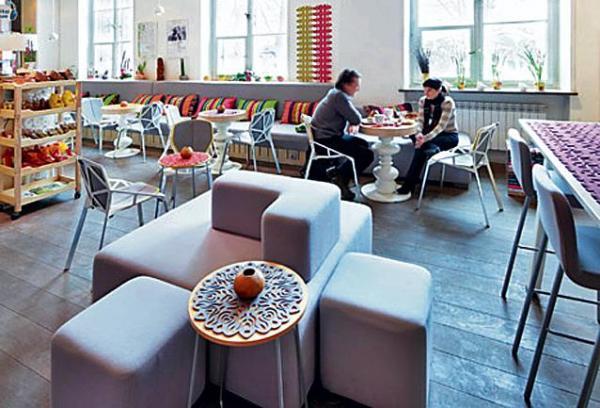 *W kawiarni pojawiły się dekoracje inspirowane motywami  ludowymi