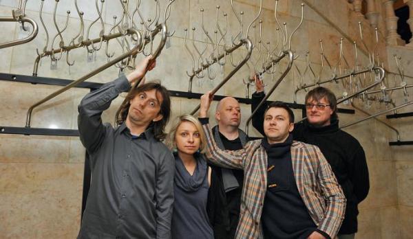 *Członkowie  grupy improwizacyjnej Dźwięk Dż (od lewej): Marek Grabie (Kompania  Grabi), Agata  Biłas  (kabaret Stado Umtata),  Tomasz Woźniak (kabaret Paralaksa),  Ireneusz Popiel (kabaret Zygzak)  i Tomasz Podsiadło  (Kabaretus Fraszka)