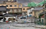 Fala tsunami wdziera się do Kesennuma w północnej Japonii