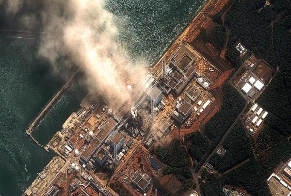 *Elektrownia Fukushima widziana z kosmosu. Na zdjęciu: zniszczony blok numer 1 siłowni  i płonący po eksplozji blok nr 3